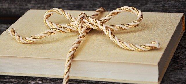 Prezenty na święta dla teściów: książka