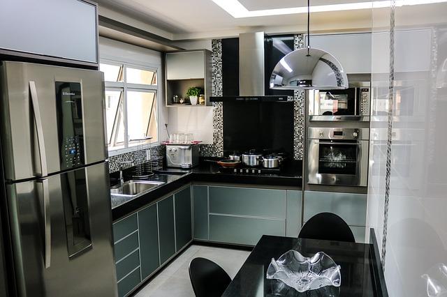 Lodówka w zabudowie w kuchni